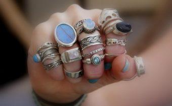 На каких пальцах нельзя носить кольца: приметы