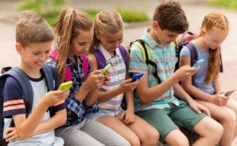 Пленники цифровых технологий, которые с головой уходят в свои телефоны и гаджеты (11 фото)
